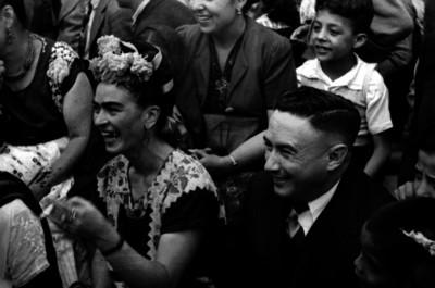 Frida Kahlo Calderón durante una fiesta popular