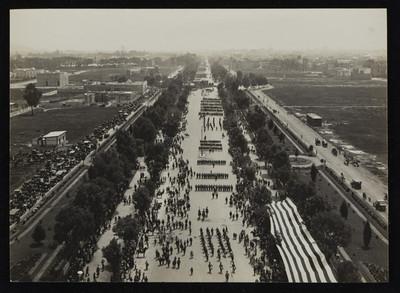 Desfile militar en Avenida Reforma durate la ceremonia de entrega de banderas precedida por Francisco León de la Barra