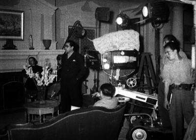 Luis G. Urbina observando la filmación de una escena cinematográfica
