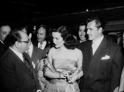 Luis G. Urbina conversando con María Félix en una reunión
