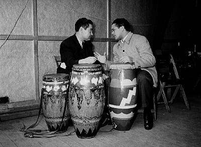 Miguel Valdez y otro individuo tocando unos timbales