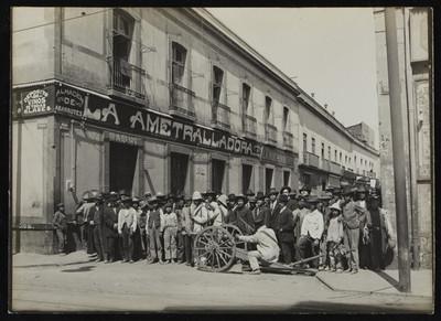Cañón y soldados apostados en la esquina de Dolores y Victoria
