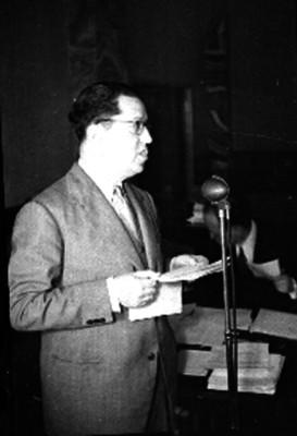 Gustavo Velazco ante un micrófono, durante un evento