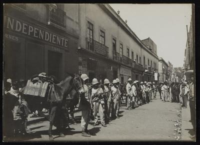 Soldados maderistas en la tercera calle de Dolores