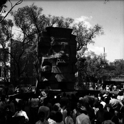 Gente observando la escultura de chalchiuhtlicue en el museo de antropología e historia