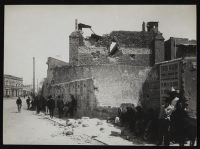 Muro destruido y curiosos en la cárcel de Belem después del ataque