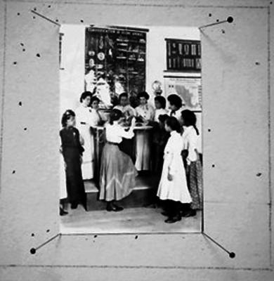 Alumnas en un salón de clase conversando con una maestra