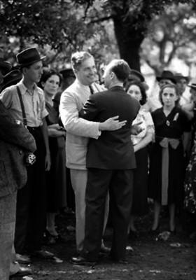 Almazán es felicitado por un hombre durante su campaña como candidato presidencial