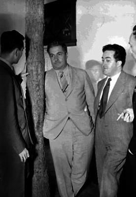 Juan Andrew Almazán conversando con dos políticos durante su campaña electoral en Nuevo León