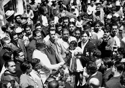 Almazán recibiendo obsequios durante su campaña electoral por Nuevo León