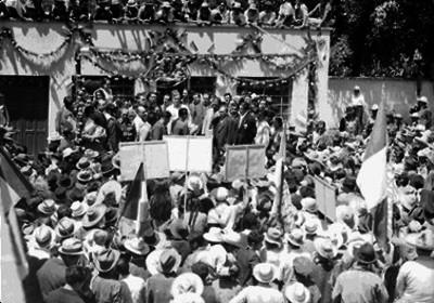 Hombres entregando documentos a Juan Andrew Almazán durante su campaña en Nuevo León
