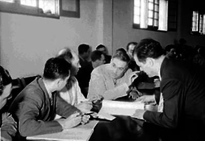 Juan Andrew Almazán, candidato presidencial, con políticos durante una reunión
