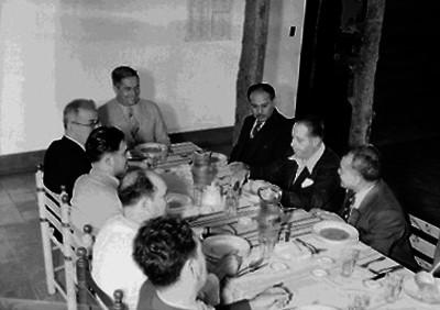 Juan Andrew Almazán, candidato presidencial durante un banquete con políticos