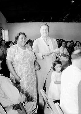 Almazán acompañado de una mujer durante un acto público en un auditorio