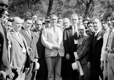 Juan Andrew Almazán y otros hombres durante su despedida, retrato de grupo