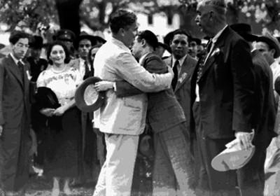 Juan Andrew Almazán despidiéndose con un abrazo de un hombre