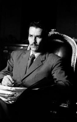 Diputado escribiendo apuntes durante una sesión en la Cámara, retrato