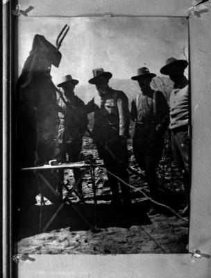Venustiano Carranza con soldados en un campamentomilitar en un paraje