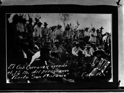 Venustiano Carranza escuchando a un acordionista en un paraje, acompañado de su comitiva, durante su recorrido de Sonora a Chihuahua