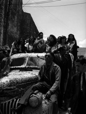 Miguel Alemán Valdés en un automóvil recibiendo ovaciones durante su gira en Cuernavaca