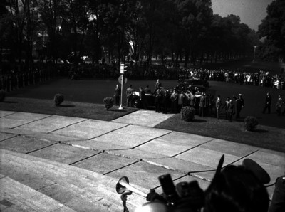 Harry S. Truman en compañía de militares y funcionarios frente a la Columna de la Independencia