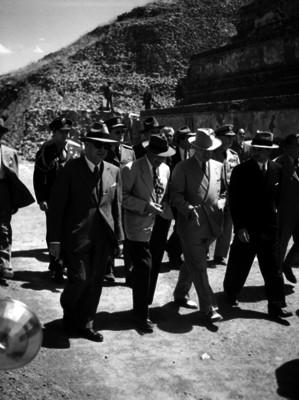 Harry S. Truman y funcionarios durante un recorrido por la zona arqueológica de San Juan Teotihuacán