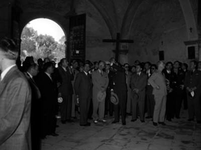 Harry S. Truman conversando con funcionarios en el interior de un convento del siglo XVI