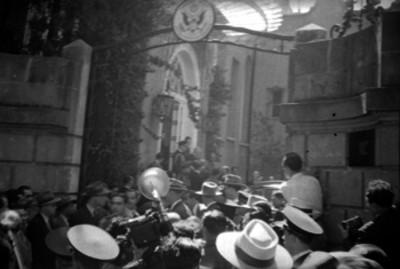 Gente en le entrada de un convento durante la visita de Harry S. Truman al mismo