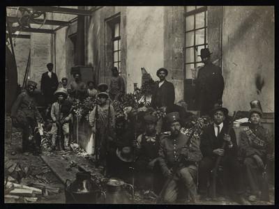 Hombres en el interior del depósito de armas de la Ciudadela
