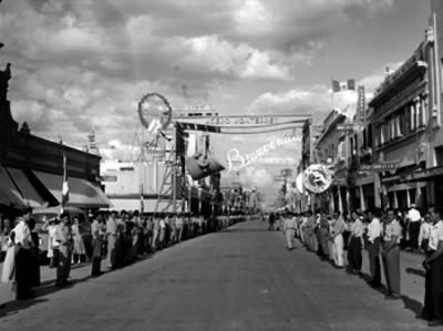 Arco triunfal de bienvenida a Miguel Alemán Valdés durante su gira presidencial en Monterrey, N. L