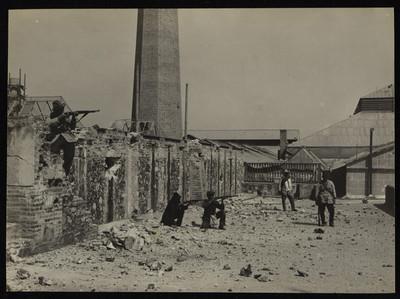 Civiles y soldados armados en el interior del depósito de armas de la Ciudadela