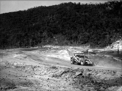 Tractor en el acondicionamientop de un camino rural
