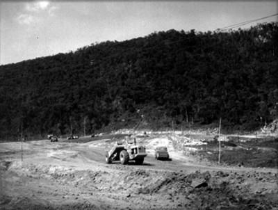 Tractor en el acondicionamiento de un camino rural