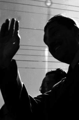 Miguel Alemán Valdés saludando durante su gira por Sinaloa