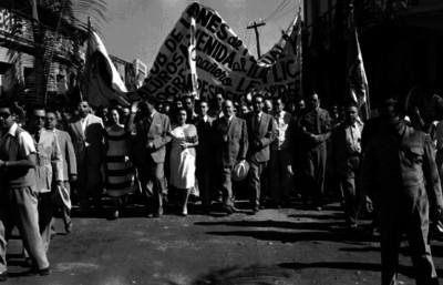 Miguel Alemán Valdés con su comitiva por una calle durante su gira en Sinaloa