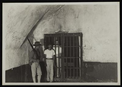 Soldado estadounidense custodia la celda de un preso político, San Juan de Ulúa