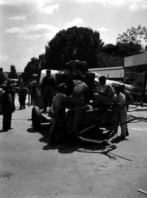Obreros subiendo un motor en un montacargas