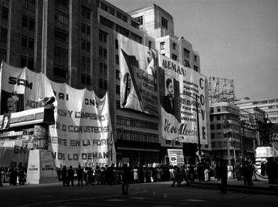 Pancartas de apoyo a MIguel Alemán en el edificio frente al Palacio de Bellas Artes el dia 5° Informe de Gobierno