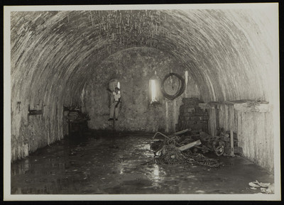 Hombre en el interior de una tinaja del Fuerte de San Juan de Ulúa