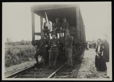 Soldados norteamericanos frente a un vagón de ferrocarril, Veracruz