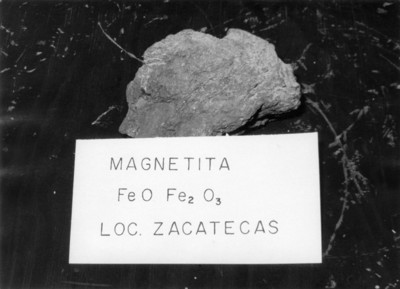 "Fragmento de ""Magnetita"", piedra mineral"