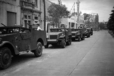 Fila de jeeps militares, en las calles resguardando el orden público, durante las votaciones de 1946