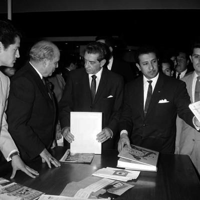 Adolfo López Mateos conversando con empresarios en la feria del hogar