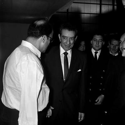 Adolfo López Mateos conversando con un empresario en la exposición de la feria del hogar
