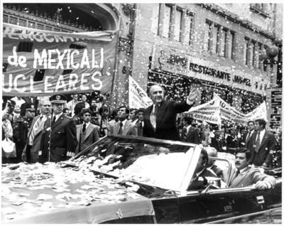 José López Portillo saluda a personas durante desfile con motivo de su primer informe de gobierno