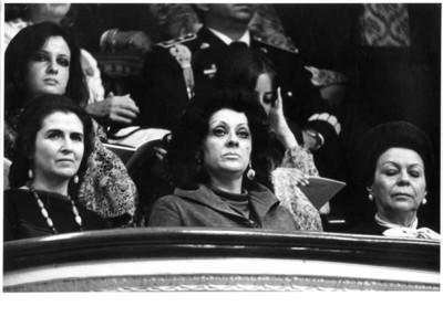 Carmen Romano sentada en palco junto a mujeres