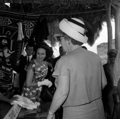 Juiliana, reyna de Holanda y Beatriz, princesa de Holanda observando las artesanías de un puesto de Mitla