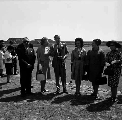 Juliana, reina de Holanda; Beatriz, princesa de Holanda; Bernardo principe de Holanda y comitiva recorriendo la zona arqueológica de Teotihuacán