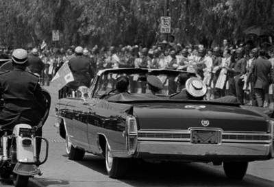 Bernardo principe de Holanda, a bordo de un automovil durante un recorrido por la ciudad de México