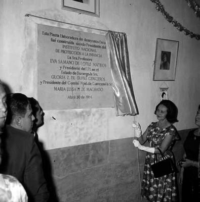 Eva Sámano de López Mateos deuplando una placa